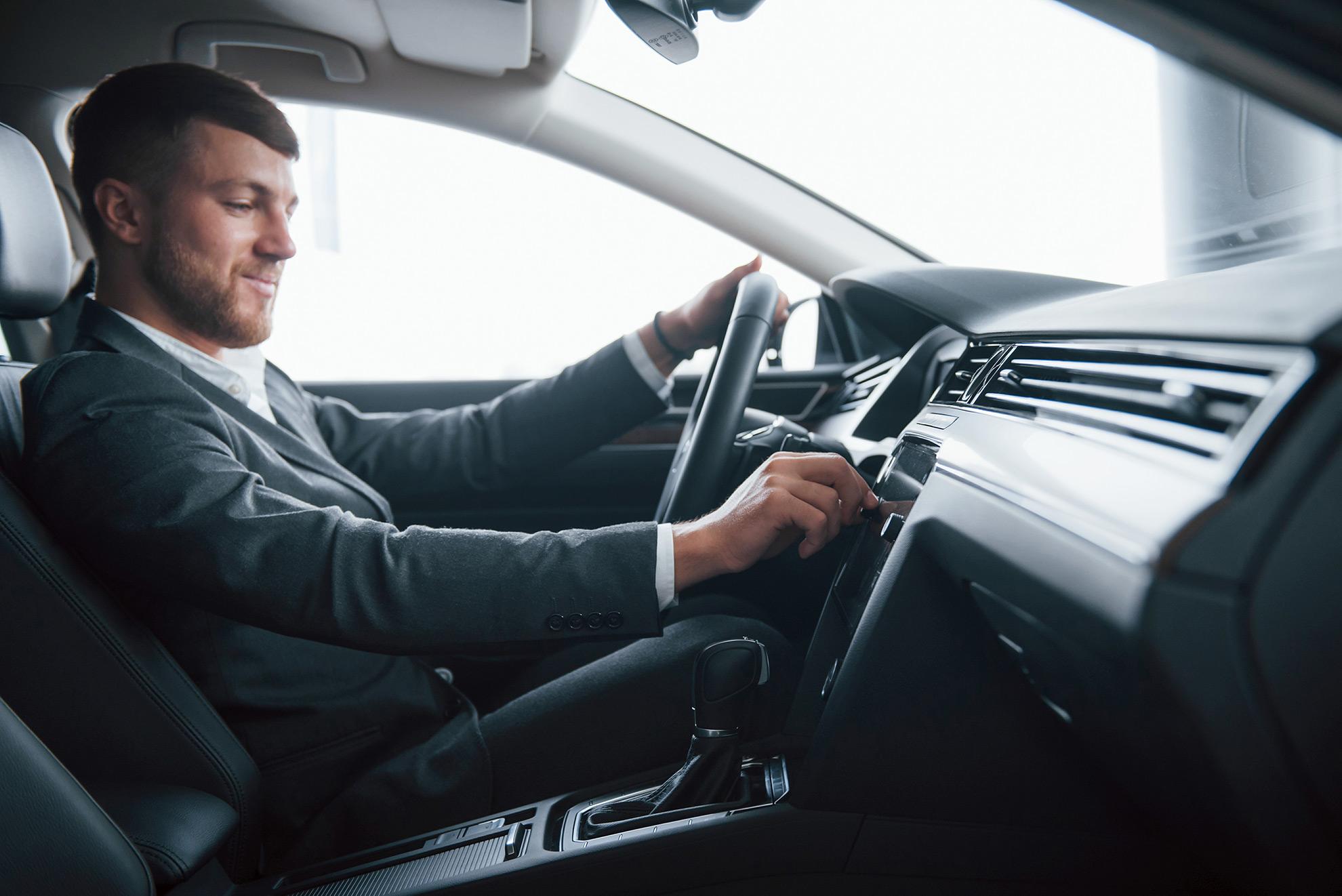 Muzyka w samochodzie, ilustracja do artykułu o słuchaniu głośnej muzyki w aucie