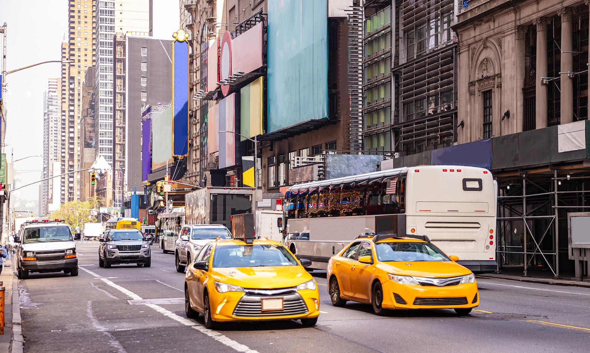 Samochody na ulicy w Nowym Jorku, ilustracja do artykułu o małych tablicach dla samochodów z USA i Japonii