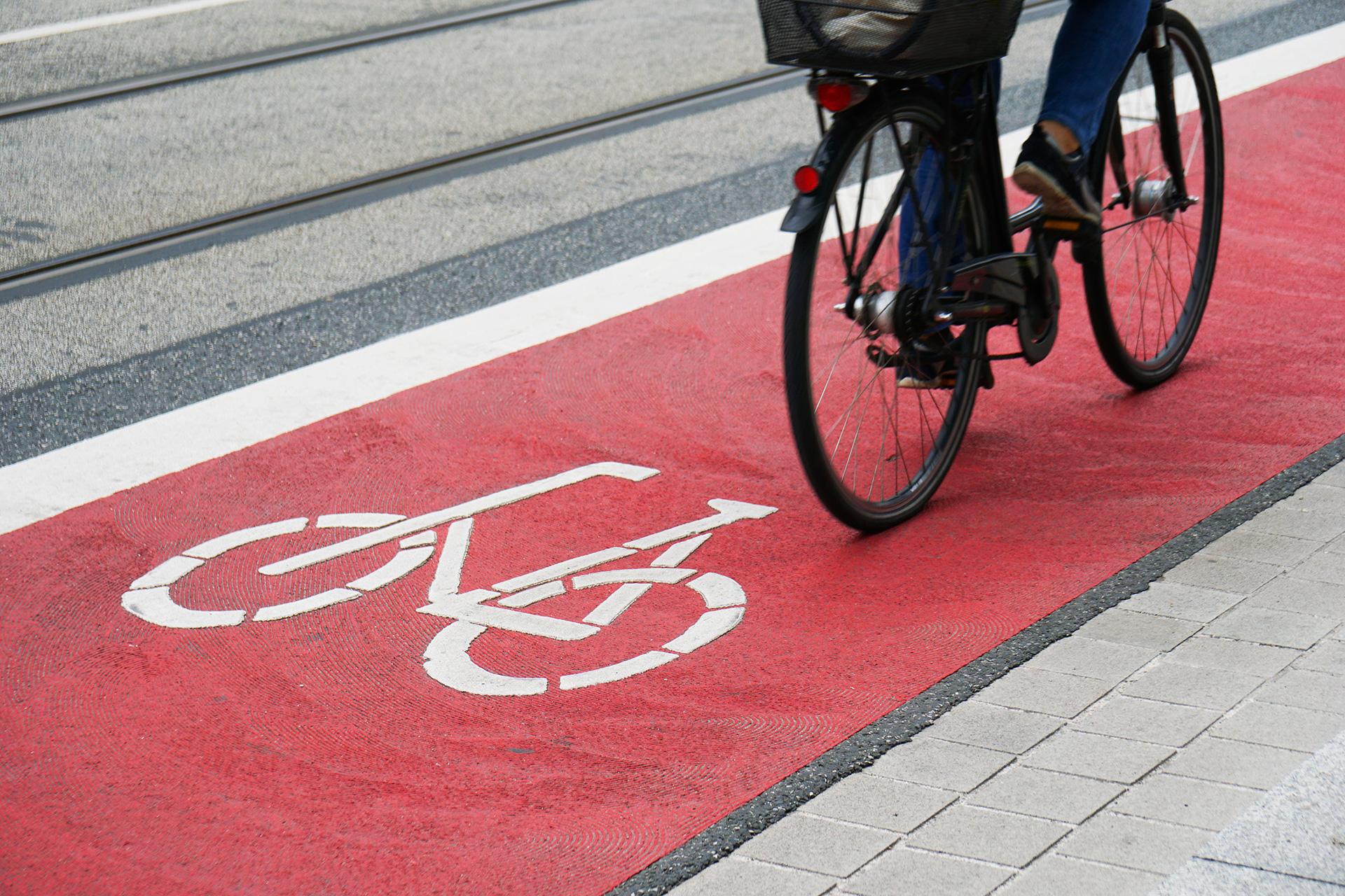 Ścieżka rowerowa, ilustracja do artykułu o pierwszeństwie na przejazdach rowerowych