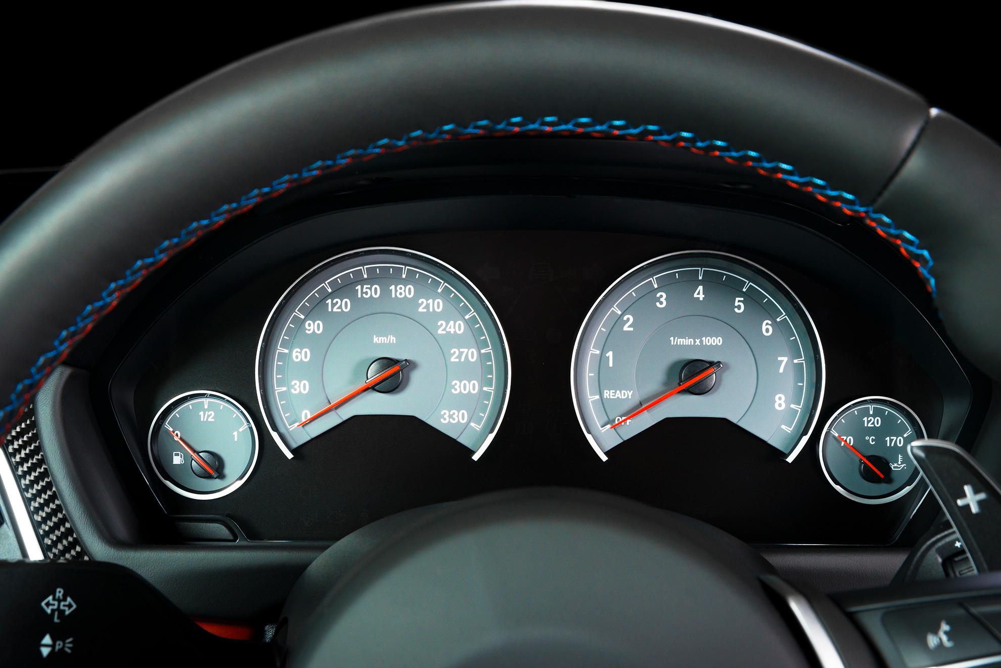 Zegary samochodowe, ilustracja do artykułu o odcinkowym pomiarze prędkości